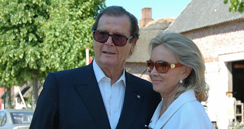 PÅ PLASS: Side2 møtte Sir Roger Moore og hans kone Christina Tholstrup i Møgeltønder bare timer før det kongelige danske bryllupet lørdag.