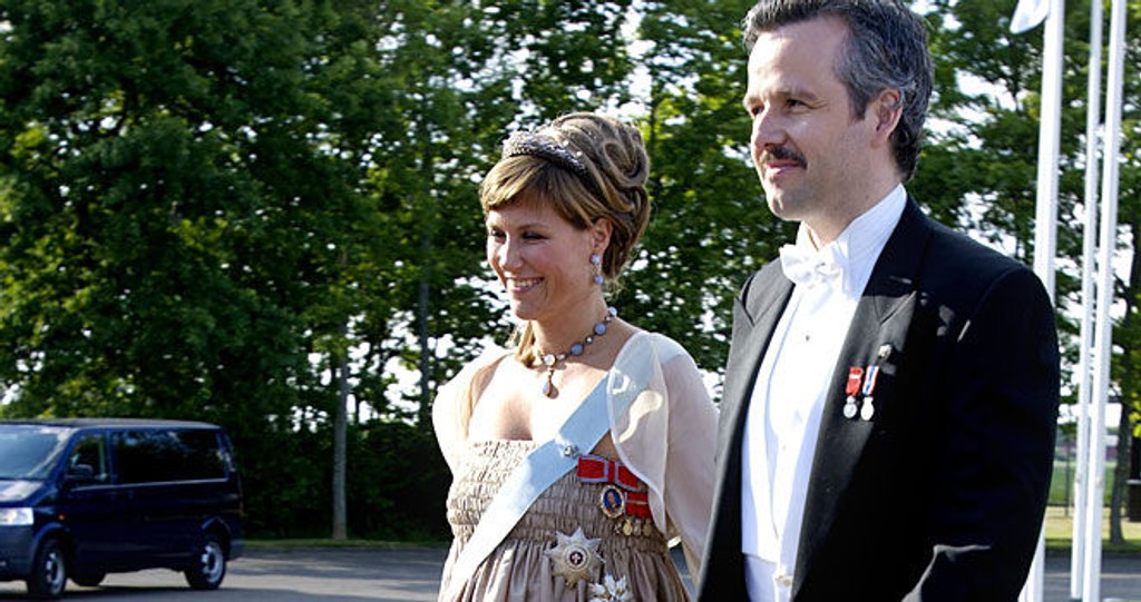 NYDELIG: Prinsesse Märtha Louise så helt fantastisk ut i sin champagenfargede kjole tilpasset sin gravide mage. Her ankom hun det konge