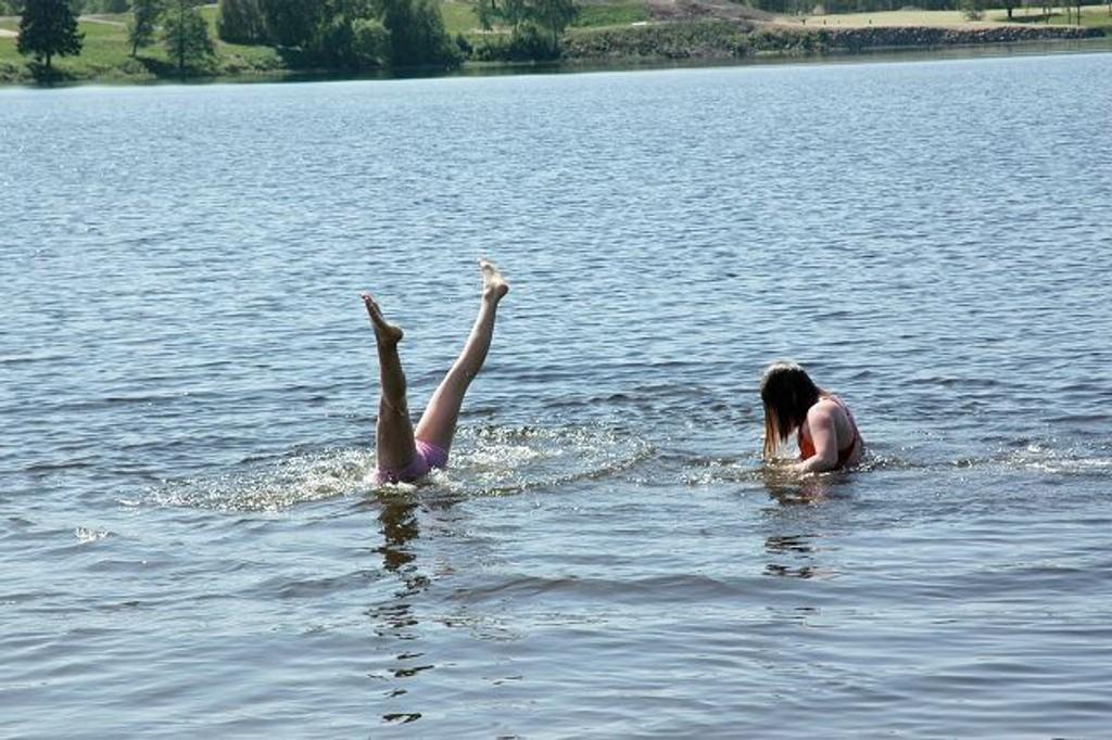 Celine Reiten og Ingrid Owe Vagstein har lært seg å stå på hendene i vannet.