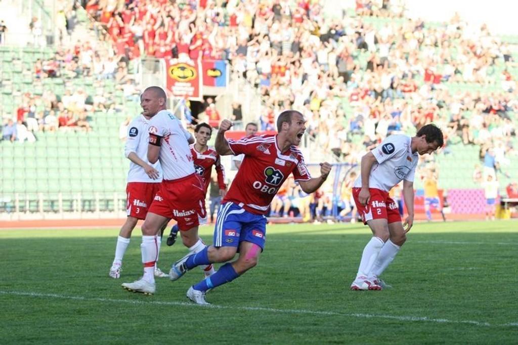 Anders Hatlen jubler etter å ha stanget inn utligningen på stillingen 0-1 til Fredrikstad.