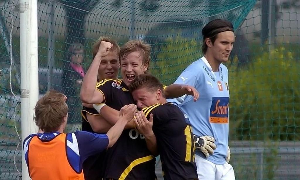 Glede: Martin Vethe har headet Skeid i ledelsen og jubler vilt sammen med Morten Slorby og Flamur Kastrati. Sistnevnte ordnet 3-1 på overtid.