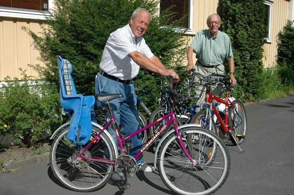 Willy Wesstad (foran) og Olaf Torp med de siste syklene som er blitt hensleng på tomten til sameiet deres.