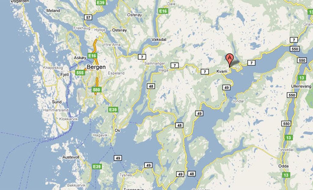 ØYSTESE: Her, ved Øystese i Kvam kommune, sitter tre personer strandet på en holme.