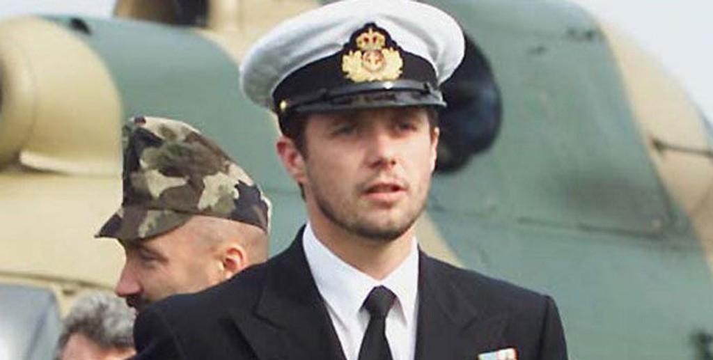MARINEN: Kronprins Frederik vil veldig gjerne besøke danske soldater i Afghanistan. Men det spørs om han får lov... Her besøker han det danske marinekorpset i 2003.
