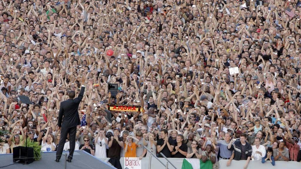 Barack Obama vinkede til folkehavet på 200 000 da han ankommer Victory Column i Berlin torsdag.