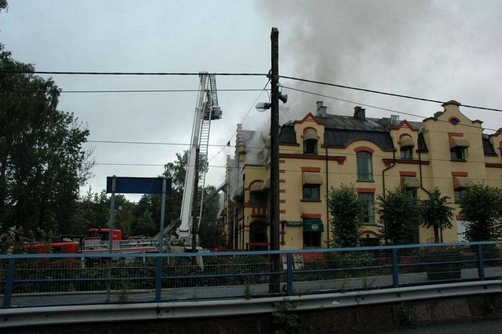 Det brant fortsatt litt i andre etasje på Jeppekjelleren onsdag morgen klokken 10.00.