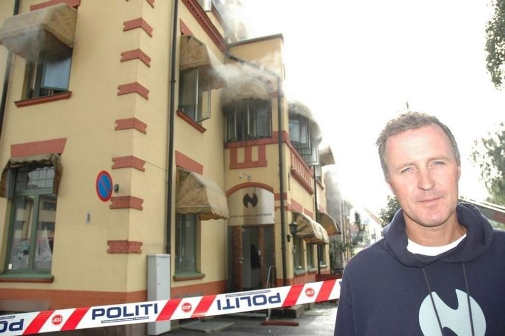 Dalig leder Terje Ness i Ness Rørvik Partners kan bare konstatere at firmaets lokaler i bakgrunnen ble hardt rammet av brannen. - Men vi kan ikke legge oss ned og fortvile.