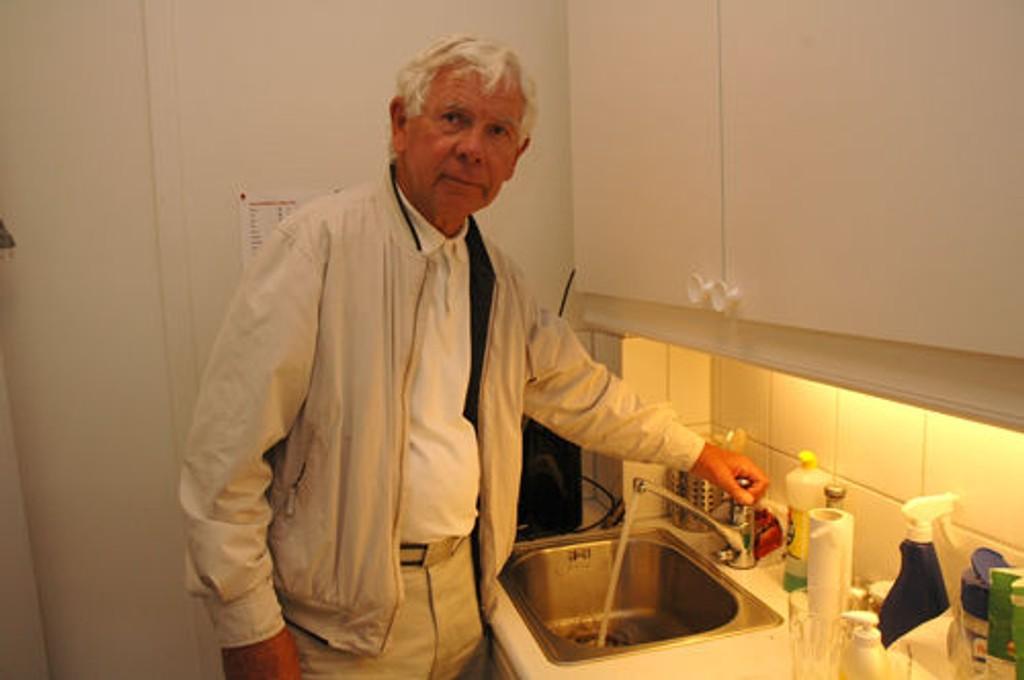 Vil ikke ha vannet: Ole Hatlevik er lite glad i drikkevannet han får fra Langlia. Vi stoler ikke på det.