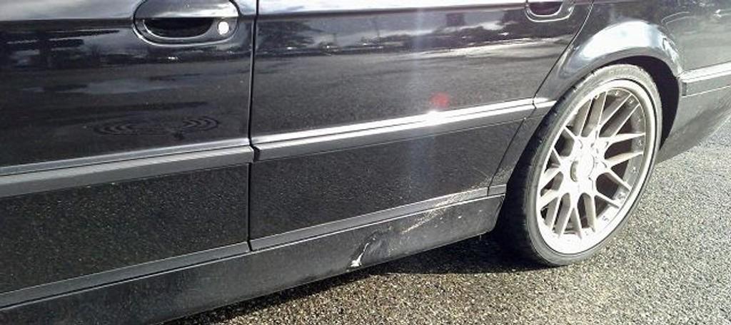 Christian Nyegaards nyinnkjøpte bil fikk seg en solid smell på Røa onsdag morgen kl 8. 45. En stor stein fløy av et lasteplan og smalt rett i siden på bilen hans. Foto: Privat