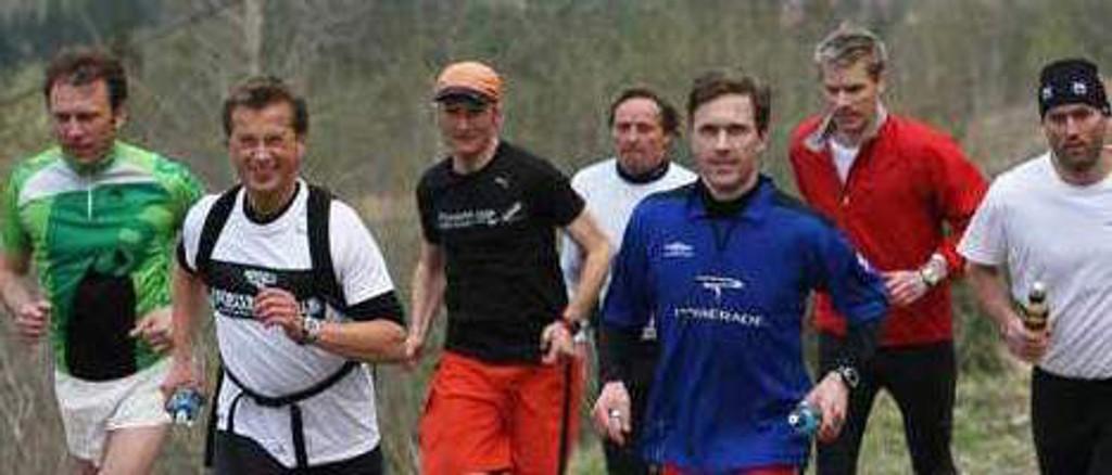 Christian Prestegård (i hvitt til venstre) under årets første trening i motbakke, her i løypa til Tryvann Opp. Arkivfoto: Anders Auberg