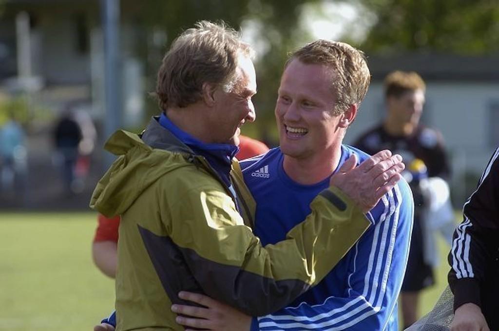 Avgjorde - igjen: Innbytter Dag Halvorsen gratuleres av trener Stig Mathisen.