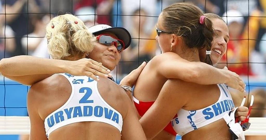 Alexandra Shiryaeva og Natalia Uryadova Russland klemmer Andrezza Chagas og Cristine Santanna, Georgia