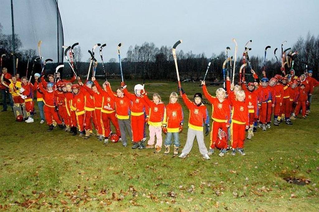 Disse unge bandyspillerne. hvor de fleste går på Bogstad skole, er rammet av nettopp klimaendringer. Derfor ønsker de seg kunstis på Bogstad. Foto: Vidar Bakken