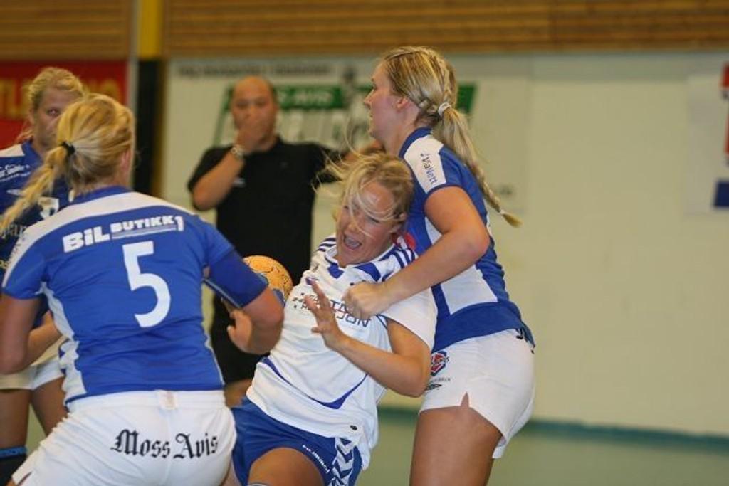 Strekspiller Birgitte Staib prøver å bryte gjennom Rygges forsvarsmur uten hell.  Foto: Carina Alice Bredesen