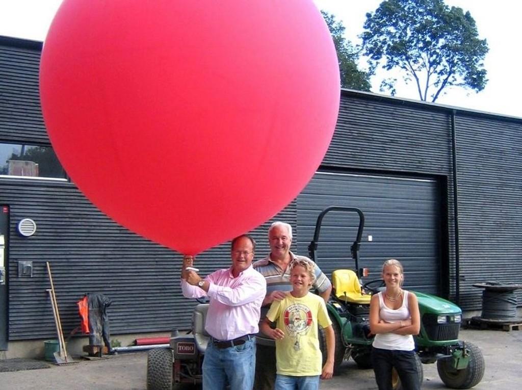Det var solid størrelse på ballongene som Røa idrettslag testet på Bogstad. Bo Callander holder ballongen.