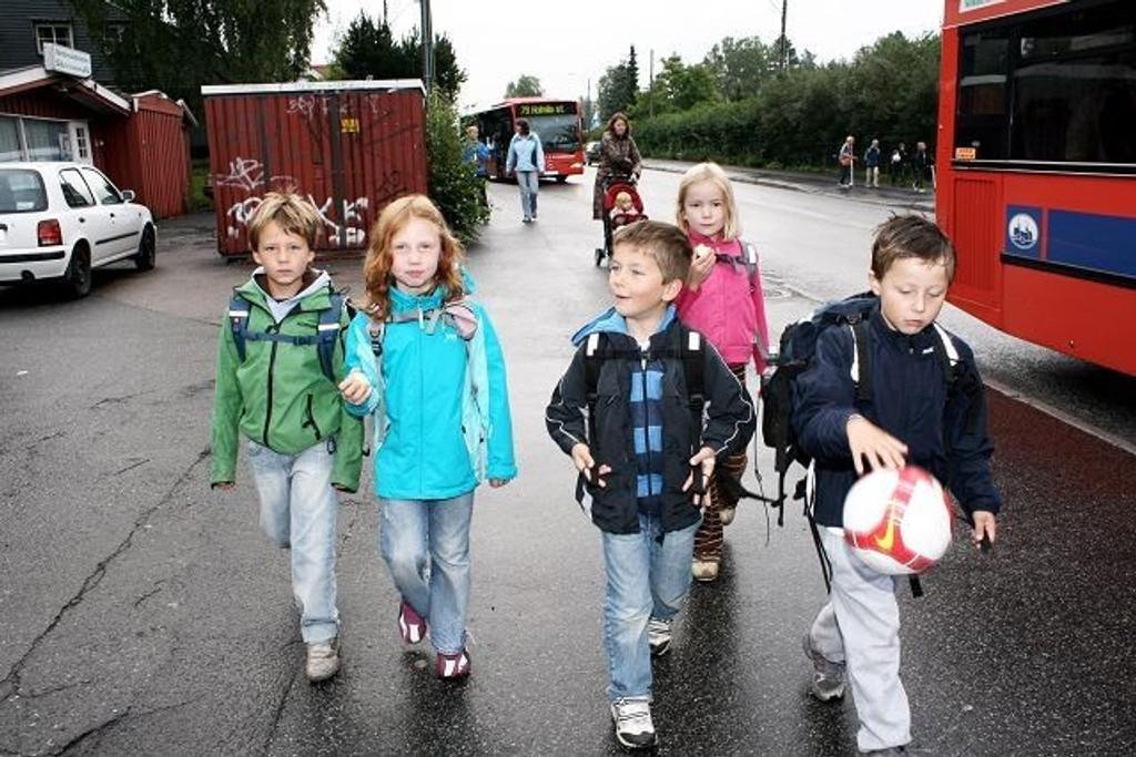(F.v.) Herman Torsheim Holmøy, Julia Bagley, Nicolas Astrup, Dorthea Lytskjold Engen og Andreas Emil Andersen tar følge hver dag til skolen. Foreldre følger med i bakgrunnen.