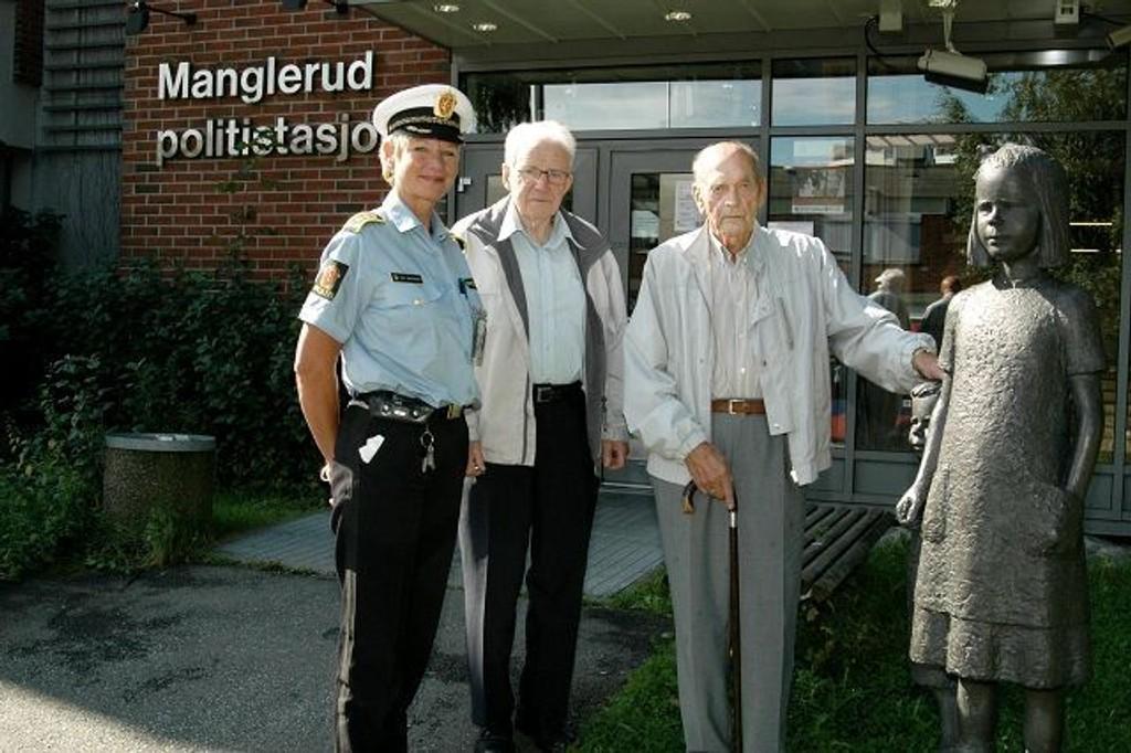 Manglerud politistasjon er nå 40 år. Statsjonssjef Gro Smedsrud har hatt besøk av to av de som begynte dengang, Helge Løhren og Gunnar Kjeldsrud. Begge hadde sin jobb med ungdom og forebyggende arbeid.  Dere gjorde et grunnleggende arbeid som vi nyter godt av den dag idag, sier Smedsrud.