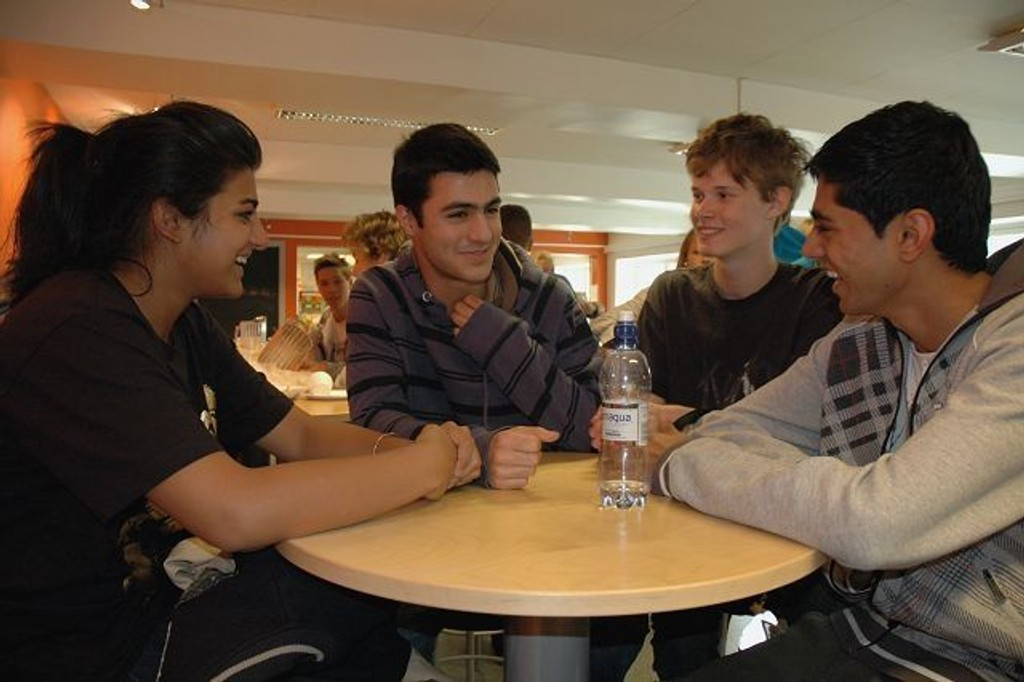 Stutti L. Malhotra (16), Elias Nosrati (16), Furqan Chishti (16) og Fredrik Ofstad (16) er ikke enige om stemmerett for 16-åringer er en god idé eller ei. Foto: Karl Andreas Kjelstrup