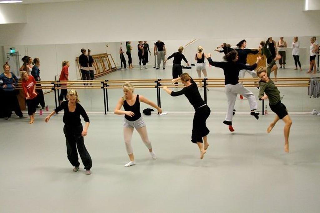 Disse danserne fra Spin Off var de første som fikk bruke de nye dansesalene på Schous kulturstasjon. I gulvet er det samme dekke som på Operaen. FOTO: HEGE BJØRNSDATTER BRAATEN