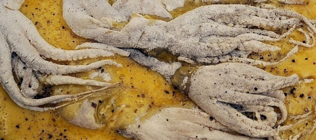 BLEKKULF: Sprø blekksprut med tomat-koriandersalsa.