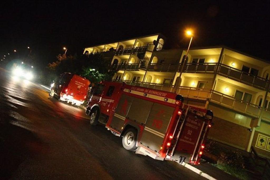 Fem personer, to voksne og tre barn, ble sendt til Legevakten etter at det begynte å brenne i en leilighet i Johan Scharffenbergsvei i natt.