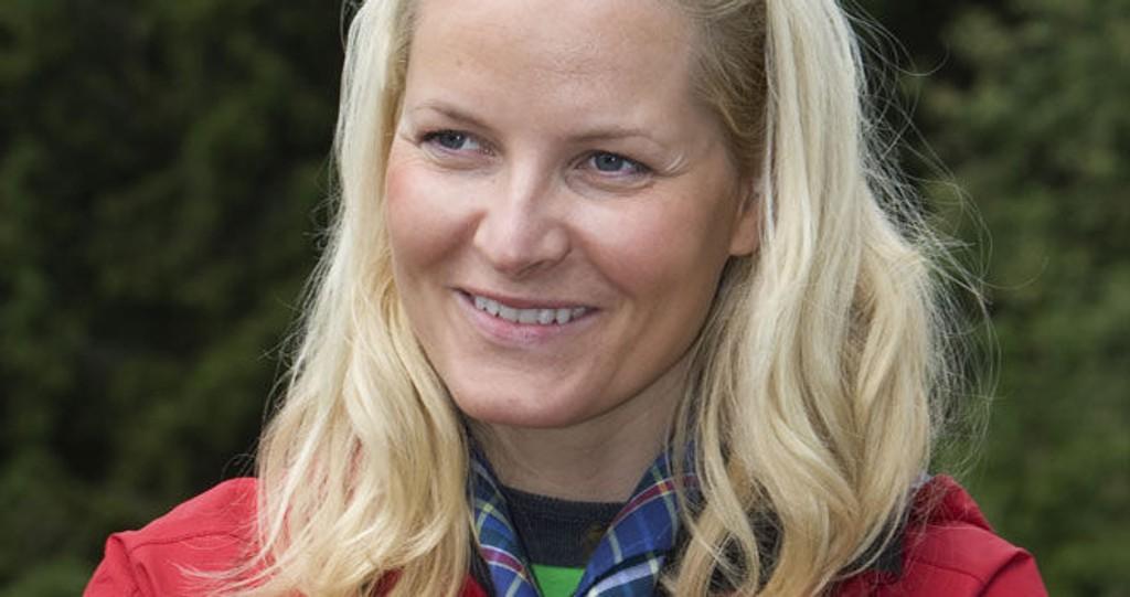 ALLTID BEREDR: Mette-Marit åpnet i dag NM i speiding som foregår i Asker. Hun fikk blant annet et speiderskjerf i gave. Klikk på forstørrelsesglasset for å se hele bilde!