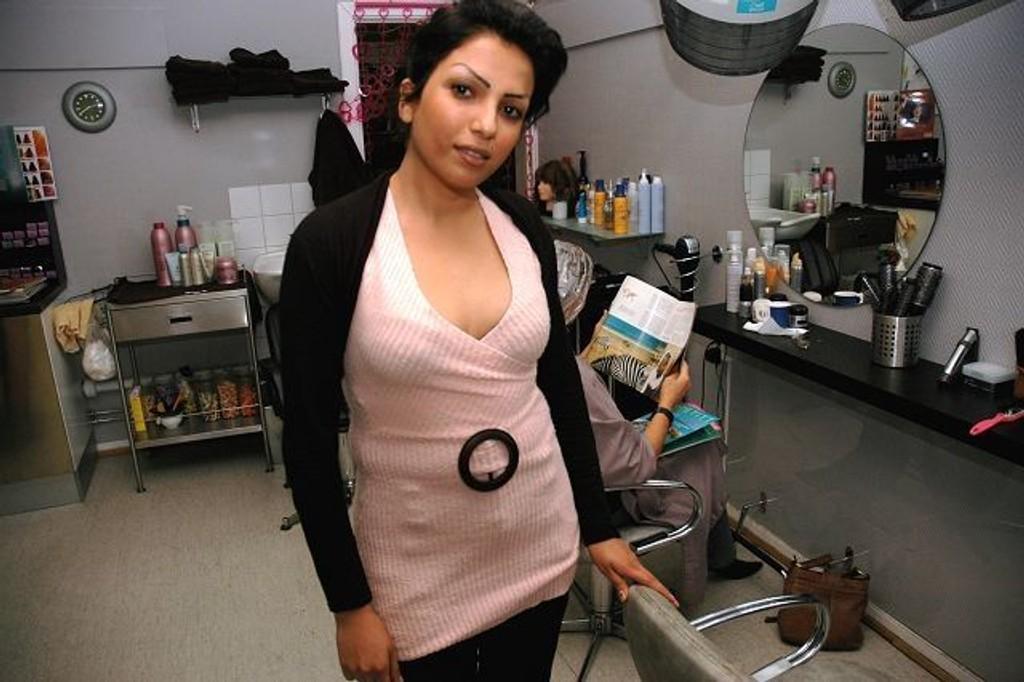 Klar til frisering og klipp: Sarah Evin satser friskt i frisørsalongen i Trettebakken. foto: alexander synstad