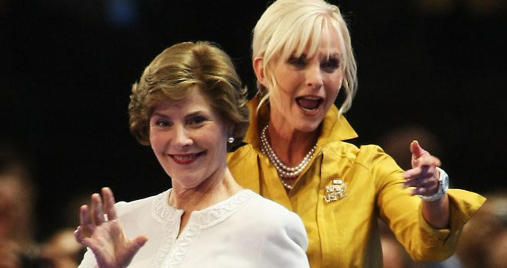 DESIGNER: Førstedame Laura Bush og mulig førstedame Cindy McCain entret scenen i antrekk til godt over halvannen million denne uken. (Klikk på forstørrelsesglasset for å se hele bilde).