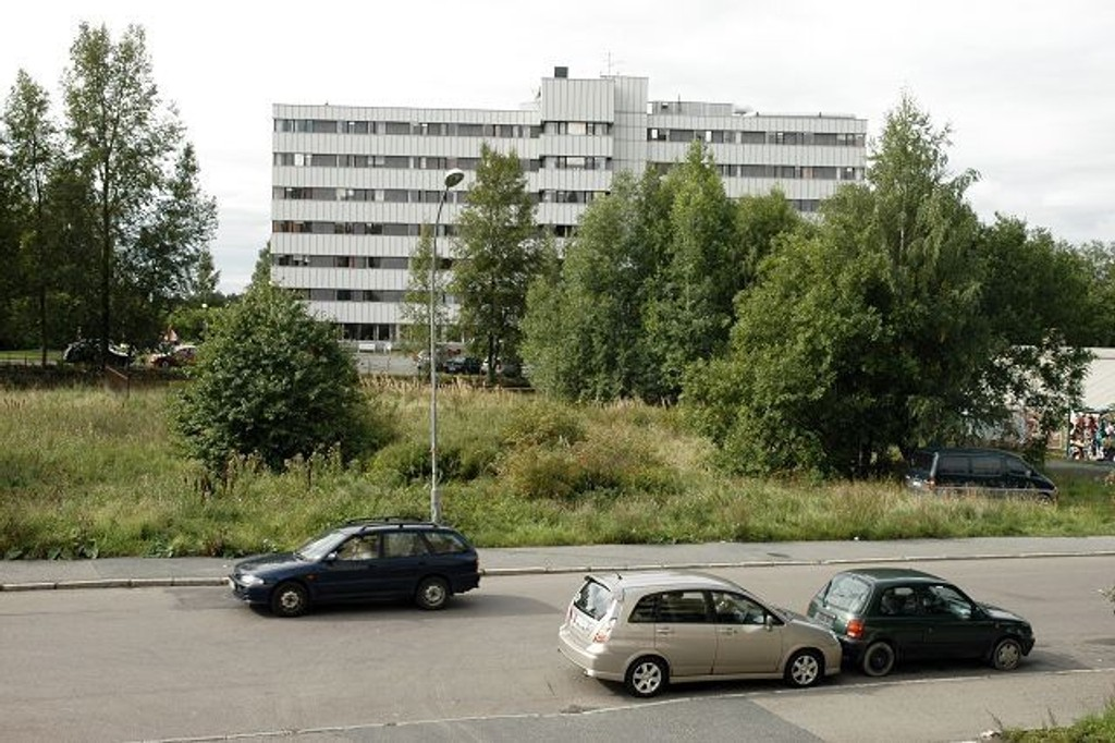 Omdiskutert: Haakon Tveters vei 65 ligger stadig brakk, men er nå både omregulert og til salgs. Bystyret vil ha boliger, bydelen barnehage.
