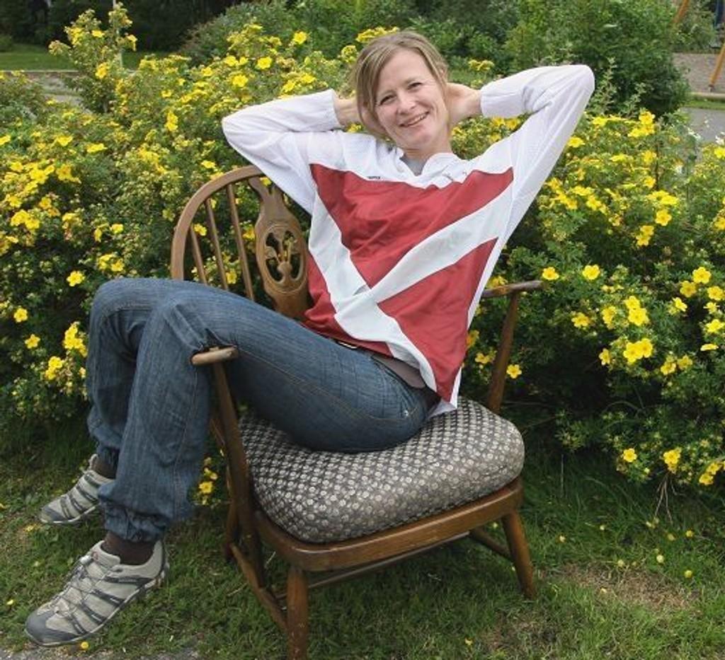Kast ikke! Vi tar gjerne imot møbler og andre brukbare gjenstander. Denne stolen, fra rundt 1920, har jeg arvet fra en grandtante. Men den beholder jeg nok selv, sier Ingeborg Landstad. Foto: Kristin Tufte Haga