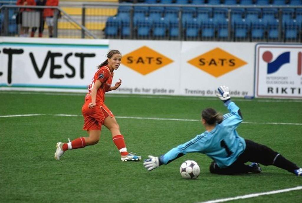 Skjøt Røa videre: Guro Knutsen scorer her ett av sine to mål i målfesten mot NSA Sofia fra Bulgaria. Med storseieren sikret Røa et enkelt avansement til neste gruppespill i UEFA-cupen.