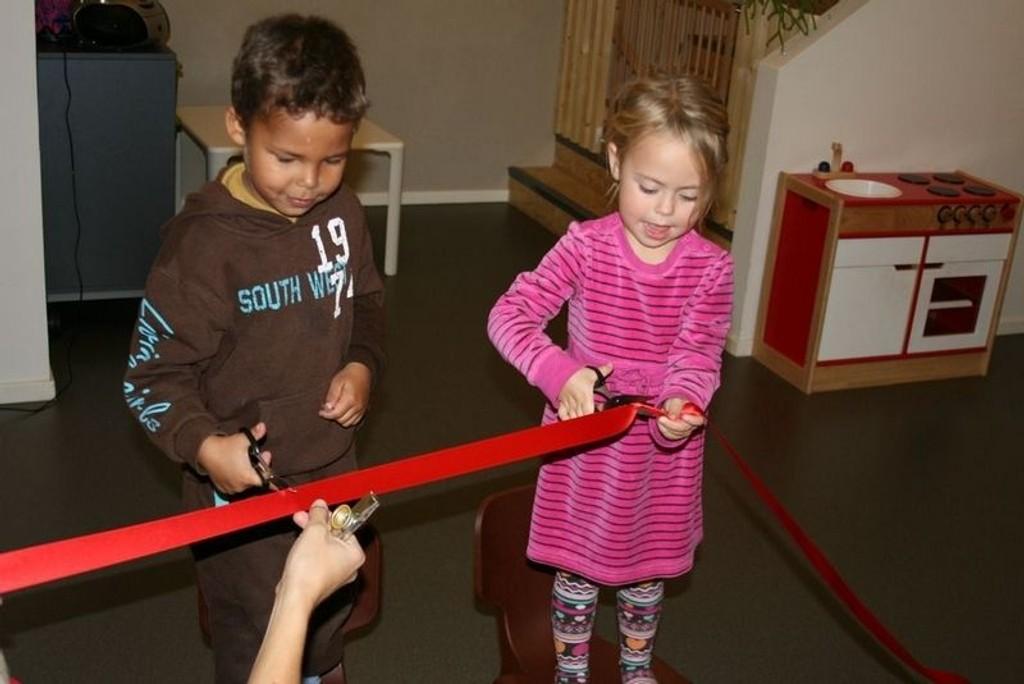 Aden og Maya fikk æren med å åpne barnehagen.