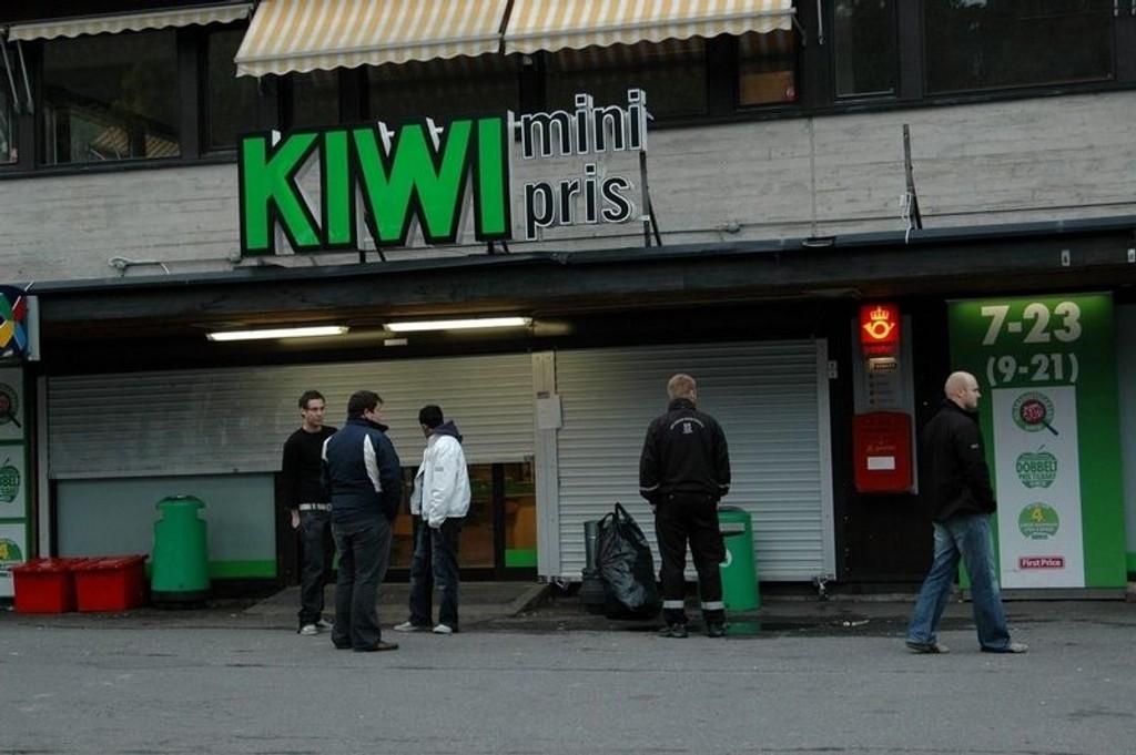 Kundene som hadde samlet seg foran Kiwi-butikken i Nedre Prinsdals vei fredag morgen må belage seg på å vente en god stund før butikken åpner.