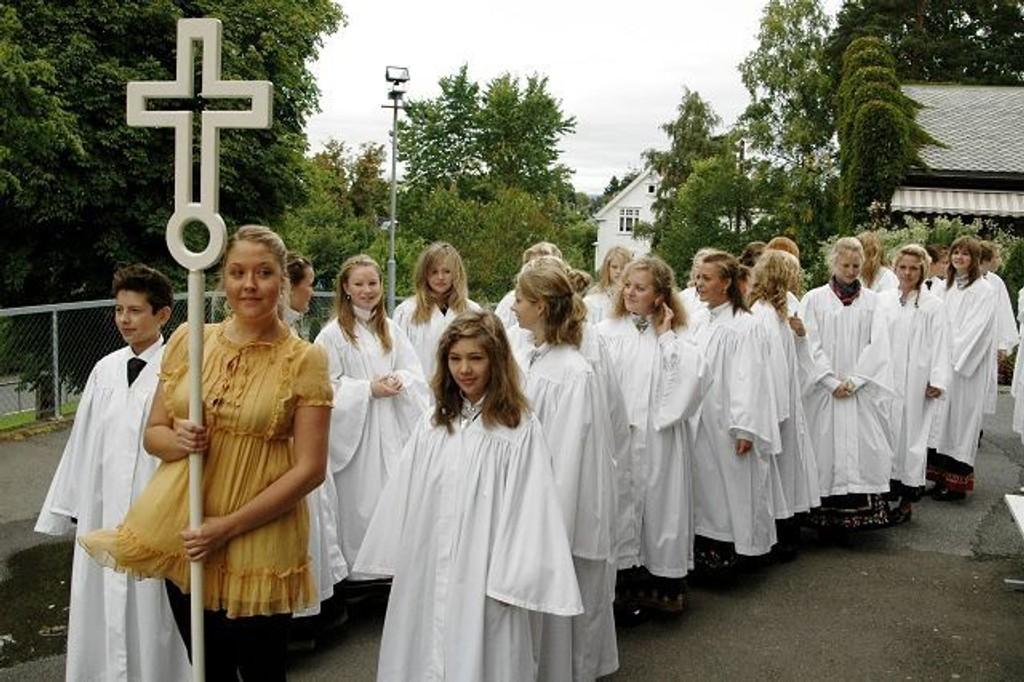 Ventetiden har vært lang for mange av de unge som har sett frem til konfirmasjonsdagen. Nå er det i dobbelt forstand kø ved kirkedørene som her på Nordstrand.