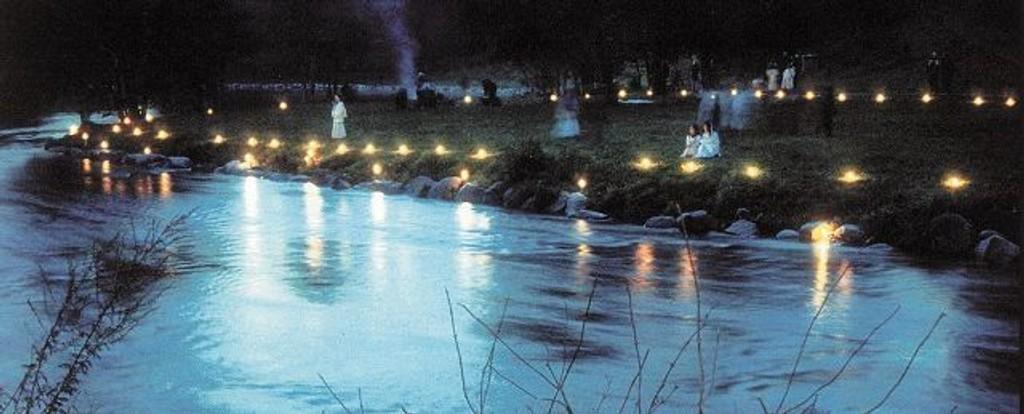 Det kan bli en helt spesiell stemning langs Akerselva når natt og dag er like lange. Her fra Stilla. Foto: Elvelangs i fakkellys