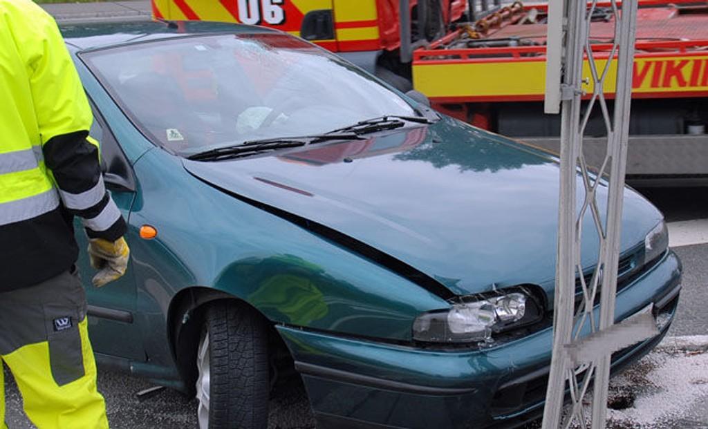 Slik så bilen ut etter ulykken. Airbagen er utløst, og frontruten er knust.