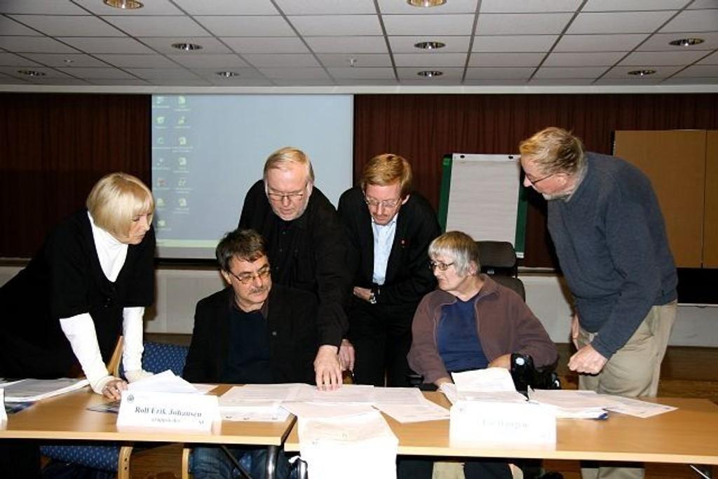 Politikerne måtte ta en lang pause før de kunne ta stilling til TT-ordningen. Fra venstre: Ellen Sandberg, Rolf Erik Johansen, Arvid-Berg Hansen, Knut Røli, Liv Haugen og Kjell Aksum.