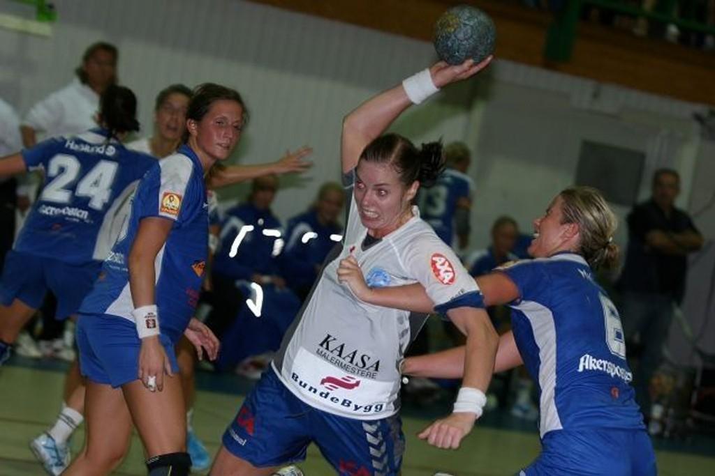 Else-Marthe Sørlie Lybekk ble kåret til NIFs beste spiller. Her i kamp med Njårds Terezia Hagen (venstre) og Susanne Moe.