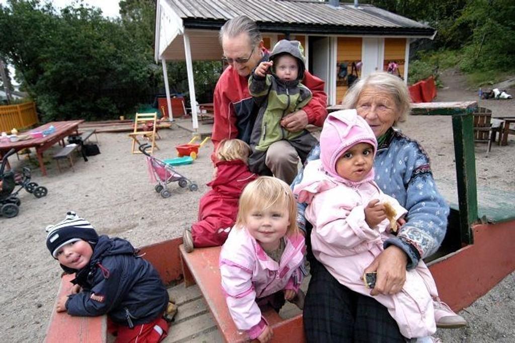 Sonja Høydahl Ohme og nabo Bernhard Thams sammen med barna. Foto: Elisabeth C. Wang