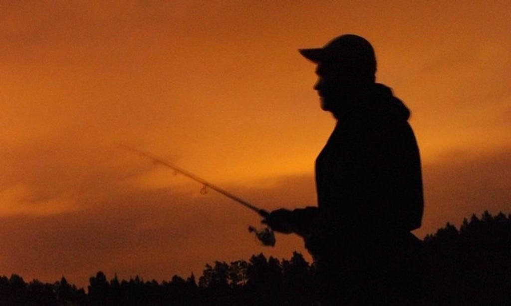 NATTFISKER: Øyvind Fjeldseth har håp om god fangst når mørket senker seg.