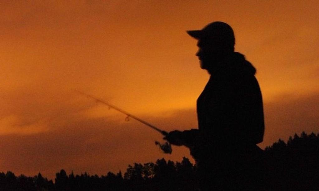 Øyvind Fjeldseth har håp om god fangst når mørket senker seg.