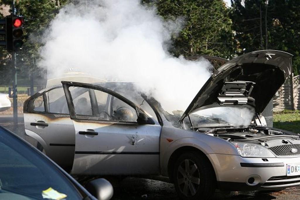 Det steg masse røyk fra bilen som familien heldigvis hadde kommet seg ut av.