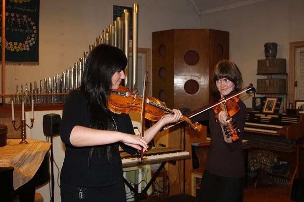 Marie Forr Klåpebakken og Gro Marie Svidal spilte «Regnbogen» av Eivind Groven.