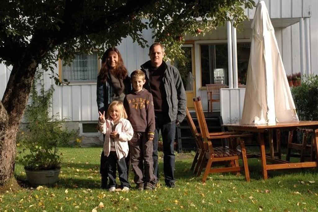 Hege Lauritzen og Lars Album Iversen sammen med barna Ida Marie og Ole Andreas solgte leiligheten med hage 500.000 over takst. Foto: Vidar Bakken