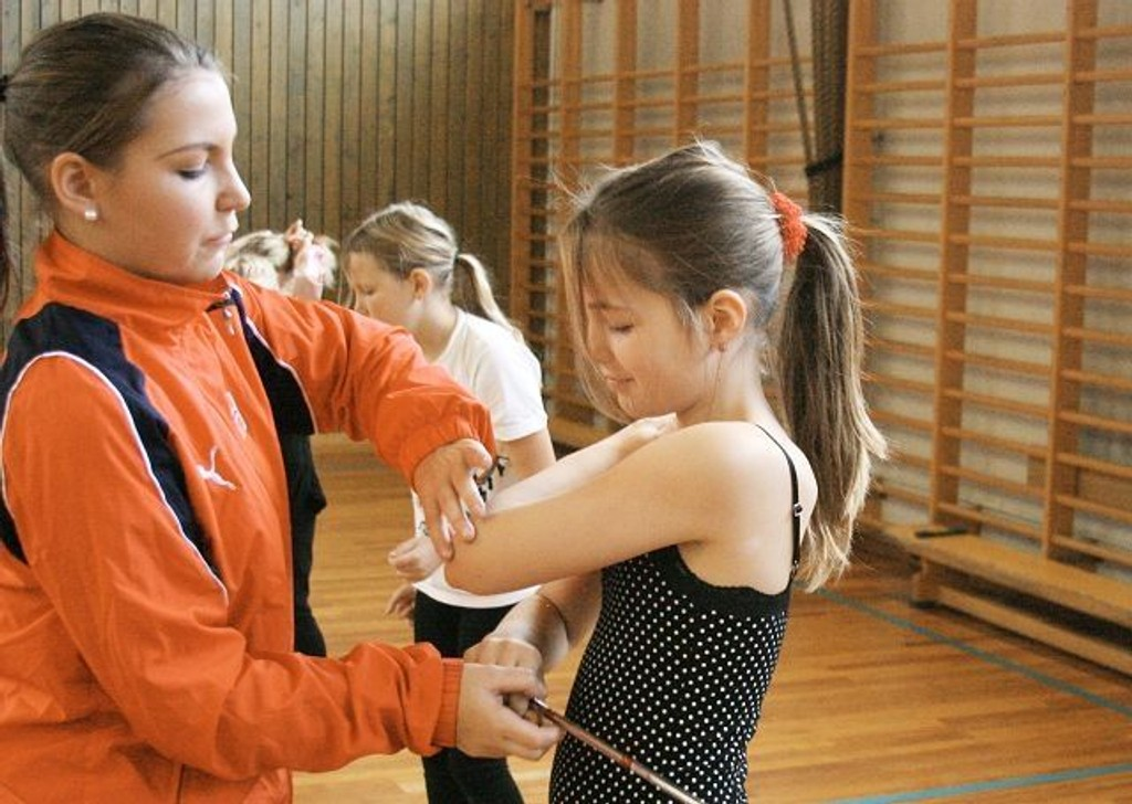 Lise får instruksjon av Norgesmester Linn Kvade Rannekleiv.