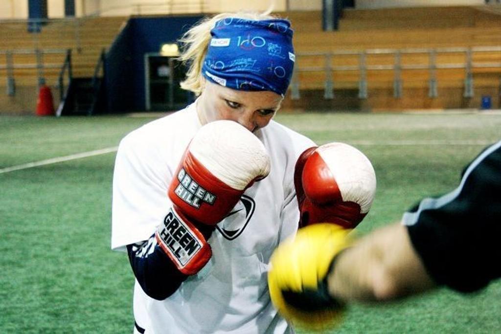 Ingrid Egner er Norges håp under VM i boksing som går for seg i Kina neste måned. Her i trening med læremester Max Mankowitz fra Oslo bokseklubb. Hun og flere av jentene fra klubben stilte opp for å lære bort og inspirere ungene denne kvelden.