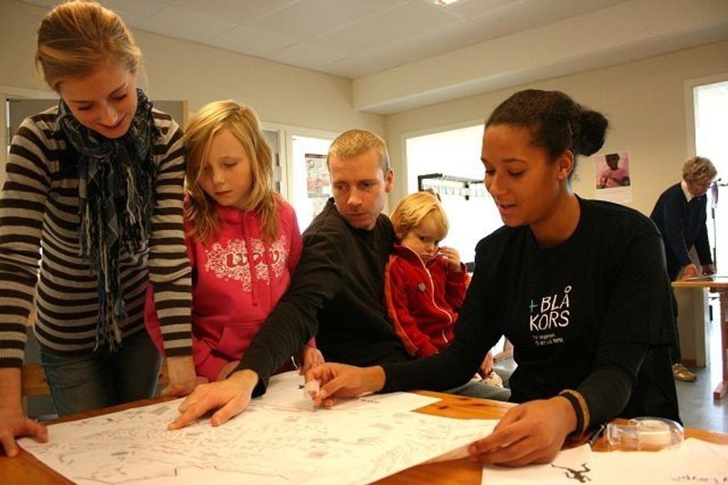 En time før startskuddet går på Linderud skole, er alle rutene dekket og alt klappet og klart. Fra venstre: Hilde Langfjell, Ingvild Lismoen, Atle Sogn, Vilde Bull-Njaa Sogn og Abbie Maria Jalloh.