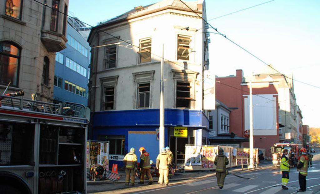 BRANN: Dette huset, som snart skal rives, brant i morgentimene søndag.