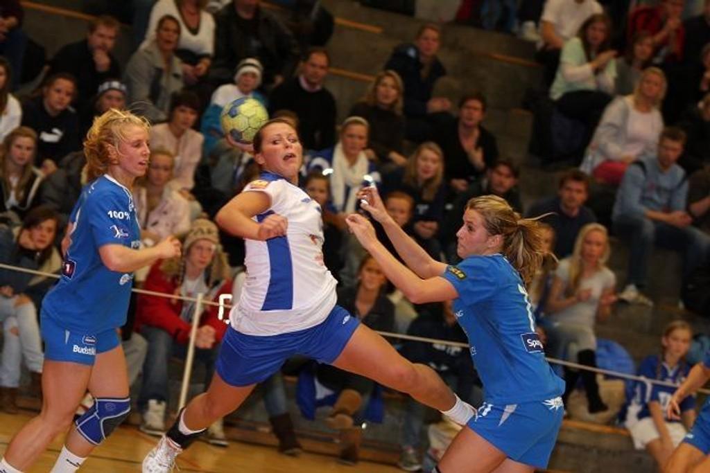 Nora Mørk scoret syv av Njårds mål. Her sniker hun seg forbi Stabæks Iselin Klev (venstre) og Randi Jørum Sulland.
