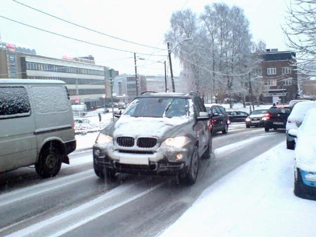 Sommerdekk på vinterføre skaper mye kaos, her fra Hoffsveien onsdag morgen, hvor en bilist med vinterdekk må passere en av dem som står fast med sommerdekk. Foto: Fredrik Eckhoff